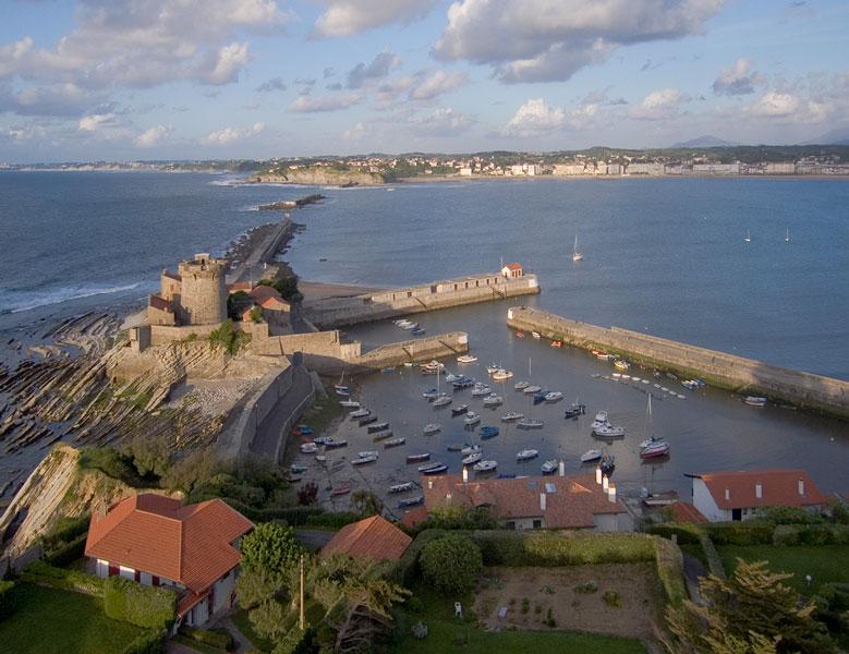 St Jean de Luz - Le fort et les digues de la baie © Michel Basset